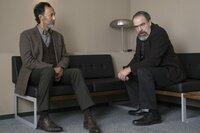 Saul (Mandy Patinkin, r.) versucht, über Faisal Marwan (Ercan Durmaz, l.) an Informationen zu gelangen. Doch dieses Verhör endet anders, als von Saul geplant ...