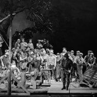 """Nach tausenden Aufführungen in aller Welt wurde die Oper in Dresden letztmalig 1944 aufgeführt. Nach der Zerstörung der Stadt durch das Bombardement am 13. Februar 1945 blieb die Semperoper bis 1985 eine Ruine. Zur Wiedereröffnung des Opernhauses im Februar 1985 erlebte der """"Freischütz"""" in 'staatstragender' Besetzung seine Wiederaufführung am historischen Ort. Der Freischütz, 1985."""