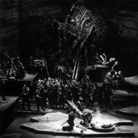 """Nach tausenden Aufführungen in aller Welt wurde die Oper in Dresden letztmalig 1944 aufgeführt. Nach der Zerstörung der Stadt durch das Bombardement am 13. Februar 1945 blieb die Semperoper bis 1985 eine Ruine. Zur Wiedereröffnung des Opernhauses im Februar 1985 erlebte der """"Freischütz"""" in 'staatstragender' Besetzung seine Wiederaufführung am historischen Ort. Der Freischütz, 1985"""