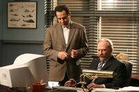 Gemeinsam mit Captain Leland Stottlemeyer (Ted Levine, r.) versucht Monk (Tony Shalhoub), die Unschuld von Pablo Ortiz an dem Mord des Models zu beweisen. Schwieriger als gedacht, denn die  Beweislast ist erdrückend ...