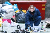 Die neue Kriminaltechnikerin Elin Nordenskiöld (Moa Gammel) muss einen kompletten Müllcontainer Stück für Stück durchsuchen.