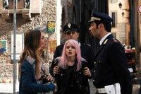 Nachdem ihre Tochter Summer (Rosie Day, M.) als Entführerin einer alten Dame in ganz Italien bekannt wurde, kann Mutter Maggie (Sarah Jessica Parker) die Polizisten (Komparsen) nicht von Summers Unschuld überzeugen.