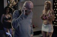 Mit einer ungewöhnlichen Absicht sucht Professor Wall (Hanns Zischler) eine ehemalige Studentin im Bordell auf.