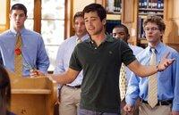 Als Tyler (Matthew Long, vorne) deutlich zeigt, dass er sich für die liebenswerte Sydney interessiert, rastet die selbst ernannte College-Queen Rachel total aus - und spinnt sofort an einer neuen Intrige ...