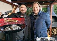 Grilltipps nicht nur für Würstchen gibt Youtuber Markus Kaufer (links) dem Vorkoster Björn Freitag (rechts)