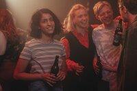 Hanna (Banafshe Hourmazdi, l.) genießt ihre Freiheit. Gemeinsam mit ihren Freunden Holly (Bineta Hansen, 2.v.l.), Tobi (Leonard Kunz, 2.v.r.) und Marcus (Arne Kertesz, r.) macht sie die Berliner Klubs unsicher.