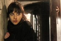 Jenny (Mikaela Knapp) sucht ihre entführte Freundin.