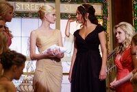"""Vor versammelter Mannschaft stellt Rachel (Sara Paxton, M.l.) Sydney (Amanda Bynes, M.r.) bloß und teilt ihr mit, dass sie sie nicht in die Studentenverbindung """"Kappa Phi Nu"""" aufnimmt. Da sagt ihr das patente Maurer-Töchterlein den Kampf an ..."""