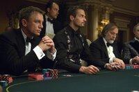 Kann sich James Bond (Daniel Craig, l.) beim Poker behaupten?