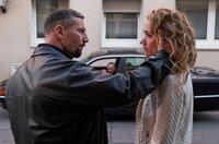 Der Gangster Viktor Buslenko (Murathan Muslu) weiß nicht, ob er seiner Geliebten (Lisa Maria Potthoff) trauen kann.