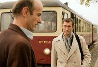 Rudolf (Johannes Herrschmann, li.) holt seinen Bruder Klaus (Heikko Deutschmann) von der Bahn ab.