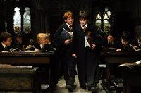 Werden schnell zu besten Freunden: Harry Potter (Daniel Radcliffe, r.) und Ron Weasley (Rupert Grint, l.) ...