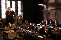 Die neuen Schüler der berühmten Zauberschule Hogwarts erhalten bei Professor Flitwick (Warwick Davis, l.) ihre erste Zauberstunde ...