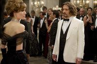 Die Umstände ihres Treffens könnten besser sein, aber die Liebe zu Frank Tupelo (Johnny Depp, r.) scheint Elise (Angelina Jolie, l.) ganzes Handeln zu beeinflussen ...