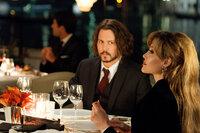 Die Zeit, die Frank (Johnny Depp, l.) und Elise (Angelina Jolie, r.) zusammen verbringen, sorgt bei beiden für ein Wechselbad der Gefühle. Wird es für beide ein Happy End geben?