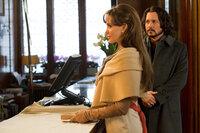 Um ihre Verfolger auf die falsche Fährte zu locken, verbringt Elise (Angelina Jolie, l.) ihre Zeit mit dem Mann Frank Tupelo (Johnny Depp, r.), der von dem Ganzen Versteckspiel nichts ahnt ...
