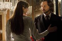 Frank (Johnny Depp, r.) ist von der mysteriösen Fremden Elise (Angelina Jolie, l.) fasziniert und ahnt nicht, dass er sich in tödliche Gefahr begibt ...