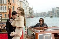 Um die Täuschung für all ihre Verfolger perfekt zu machen, lädt Elise (Angelina Jolie, M.) den selbst leicht verwirrten Frank (Johnny Depp, r.) ein, mit ihr bei dem Hotel Jungen Luca (Gabriele Gallinari, l.) von Bord zu gehen ...