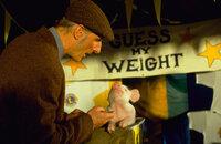 Weil Hoggett (James Cromwell, l.) von Schweinchen Babe und dessem Talent überzeugt ist, macht er etwas Ungewöhnliches: Er meldet Babe tatsächlich bei einem Wettbewerb für Schäferhunde an ...