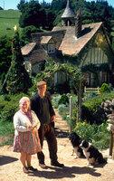 Eines Tages gewinnt Farmer Hoggett (James Cromwell, r.) bei einer Kirmestombola ein Ferkel. Zuerst wissen er und seine Frau Esme (Magda Szubanski, l.) nicht so recht, was sie mit dem neuen Farmmitglied anfangen sollen ...