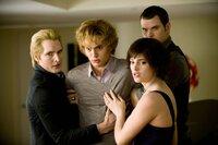 Von links: Dr. Carlisle Cullen (Peter Facinelli), Jasper Hale (Jacksson Rathbone), Alice Cullen (Ashley Green) und Emmett Cullen (Kellan Lutz).