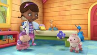 """DOC MCSTUFFINS - """"No Sweetah Cheetah"""" - The toys mistakenly think that Donny's new cheetah action figure is sick because she is covered in spots.  Molly Shannon (""""Saturday Night Live"""") guest stars as Rita the cheetah in this episode of """"Doc McStuffins"""" which airs Friday, January 10 (10:00 a.m., ET/PT) on Disney Channel. (DISNEY JUNIOR) HALLIE, DOC, RITA THE CHEETAH, SQUEAKERS, LAMBIE, STUFFY"""
