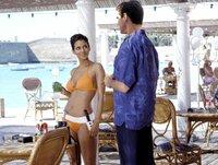 Noch ahnen NSA-Agentin Jinx (Halle Berry, l.) und James Bond (Pierce Brosnan, r.) nicht, dass sie sich im Visier überaus hemmungsloser Gangster befinden ...