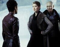 Jinx (Halle Berry, l.) stellt die britische Agentin Miranda Frost (Rosamund Pike) und Bösewicht Zao (Rick Yune) zur Rede. Was haben die beiden miteinander zu schaffen?