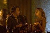 Ben (Seth Rogen) und Alison (Katherine Heigl) lernen sich in einer Disko kennen und sind voneinander begeistert.