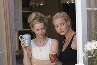 Debbie (Leslie Mann, l.) ist ihrer Schwester Alison (Katherine Heigl, r.) auch eine echte Freundin.