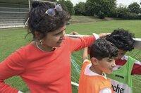 Die Quartiersmanagerin Adriana Oliviera beim Fußballtraining mit Kindern aus ihrem Viertel.