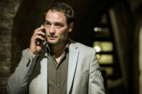 Ceku (Dragan Bakema) ist der Kopf der Entführer und will, dass Alex Bram eliminiert.