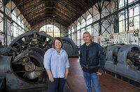 Frank Buchholz mit Anne Kugler-Mühlhofer (l) im LWL-Industriemuseum (Dortmund).