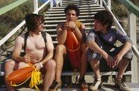 Obwohl Sinan (Toni Snétberger, M.) und Bramstedt (Tobias Kasimirowicz, l.) glauben, demnächst eine Wahnsinnskarriere als Musiker zu starten, lassen sie sich von Til (David Winter, r.) zu einem Ferienjob als Rettungsschwimmer überreden ...