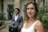Laura (Wolke Hegenbarth) ist von Alessandros  (Kerem Can) Einladung noch nicht überzeugt vor allem weil das Essen im Haus seiner Eltern stattfinden soll.