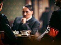 Zu der von Hitler geführten NSDAP gehören von Anfang an paramilitärische Verbände wie die SA und SS, die mit Gewalt gegen politische Gegner vorgehen.