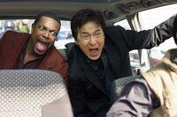 Als ein Botschafter angeschossen wird, müssen Detective Carter (Chris Tucker, l.) und Chief Inspector Lee (Jackie Chan, r.) nach Paris reisen. Da sie der französischen Sprache nicht mächtig sind und die landesüblichen Sitten und Gebräuche nicht kennen, geraten sie von einem Schlamassel in den nächsten ...