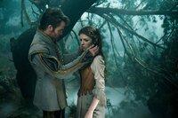 Chris Pine (Aschenputtels Prinz), Anna Kendrick (Aschenputtel).