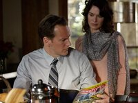 Sam (Patrick Wilson) ist sich nicht sicher. Weiß seine Frau Jeannie (Lena Headey) um seine Affären Bescheid?