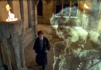 Wider Erwarten ist Nearly Headless Nick (John Cleese, r.) kein grausames Monster, das Harry Potter (Daniel Radcliffe, l.) und seinen Freunden etwas Böses antun möchte ...
