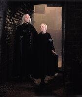 Für Lucius Malfoy (Jason Isaacs, l.) und seinen Sohn, Harrys Lieblings-Erzfeind Draco (Tom Felton, r.), laufen die Dinge nicht so, wie geplant ...