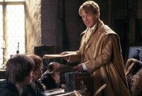 Der narzisstische Gilderoy Lockhart (Kenneth Branagh), Professor für die Abwehr der dunklen Künste, ist ein aufgeblasener Möchtegern-Zauberer, der sich nur für sich selbst interessiert. Da gerät Hogwarts ins Visier bösartiger Kräfte ...