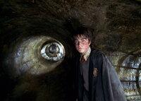 """Als """"Hogwarts Schule für Hexerei und Zauberei"""" bedroht wird, machen sich Harry Potter (Daniel Radcliffe) und seine Freunde daran, einem bitterbösen Spuk ein Ende zu bereiten ..."""