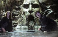 In der letzten Sekunde gelingt es Harry Potter (Daniel Radcliffe, r.), Ginny (Bonnie Wright), l.) aus größter Gefahr zu befreien ...