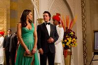 In Indien versucht Ethan Hunt (Tom Cruise, r.) mit Hilfe seiner bezaubernden Kollegin Jane Carter (Paula Patten, l.), an einen streng geheimen Zugangscode zu kommen. Wird sie den Codebesitzer um den Finger wickeln und somit eine atomare Katastrophe verhindern können?