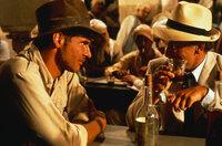 Der Archäologieprofessor Indiana Jones (Harrison Ford, l.) erhält im Jahre 1936 vom amerikanischen Geheimdienst den Auftrag, in Ägypten die verschollene Bundeslade des Alten Testaments zu suchen ...