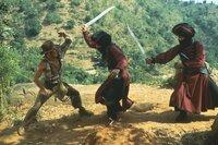 Im Kampf gegen das Böse gerät Indy (Harrison Ford, l.) immer wieder in lebensbedrohliche Situationen ...