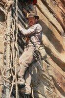 Die Flucht vor dem hünenhaften und brutalen Hohepriester des Shiva-Kultes ist noch nicht ganz gelungen - jetzt muss Indy (Harrison Ford) um sein Leben kämpfen, während er an einer gerissenen Hängebrücke Hunderte von Metern über einem reißenden Fluss voller Krokodile hängt ...