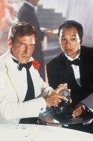 Indiana Jones (Harrison Ford, l.) wagt sich zusammen mit Wu Han (David Yip, r.) in die Höhle des Löwen. Indy sollte für den brutalen und hinterhältigen Gangsterboss Lao Che ein wertvolles Artefakt besorgen, doch Lao will Indy bei dem Deal übers Ohr hauen ...
