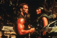 Im Auftrag der Regierung leitet Major Dutch (Arnold Schwarzenegger, l.) eine Truppe von Elite-Soldaten für Sondereinsätze, die im Dschungel Gefangene befreien soll. Bei dem Einsatz fallen alle Männer bis auf den Chef einem unheimlichen Wesen zum Opfer ...